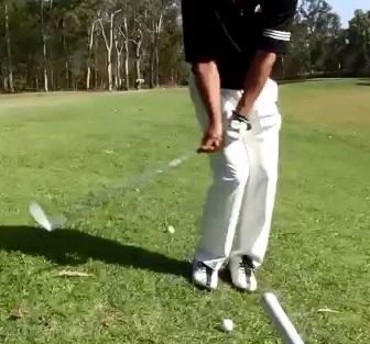 左足下がりアプローチ成功の鍵はフェースを開いて体重移動を絶対にしない