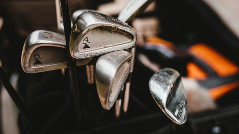 ゴルフのアドレスの姿勢は背筋がシャキッと伸びる構えが基本とされている
